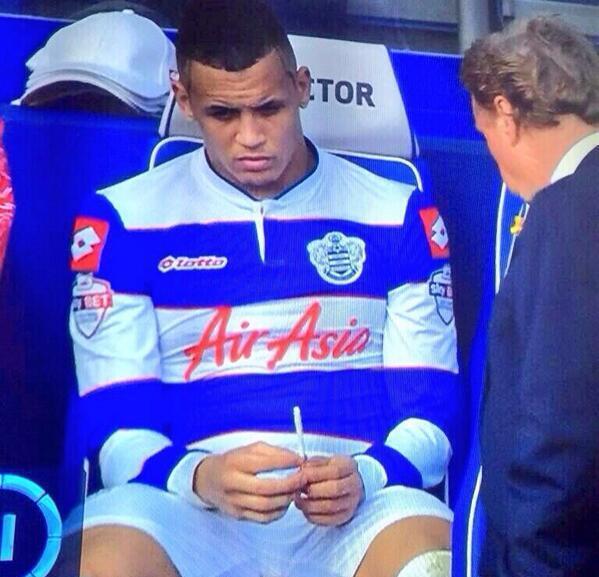 فوتبالیستی  که از شدت ناراحتی دست به سیگار شد!! / عکس